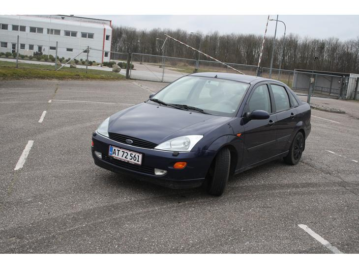 Ford Focus 2.0 1999 photo - 9