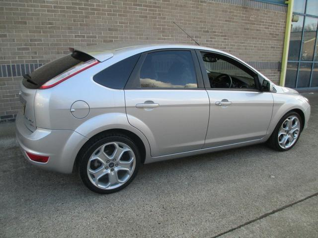 Ford Focus 2.0 2008 photo - 9