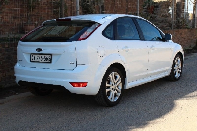 Ford Focus 2.0 2010 photo - 12