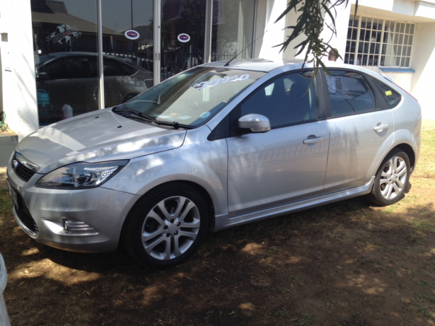 Ford Focus 2.0 2010 photo - 3