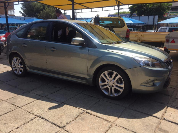 Ford Focus 2.0 2010 photo - 4
