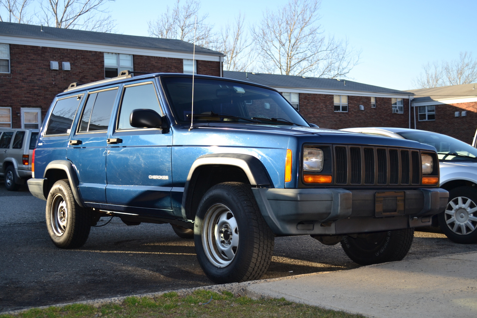 Jeep Cherokee 2.5 2000 photo - 9