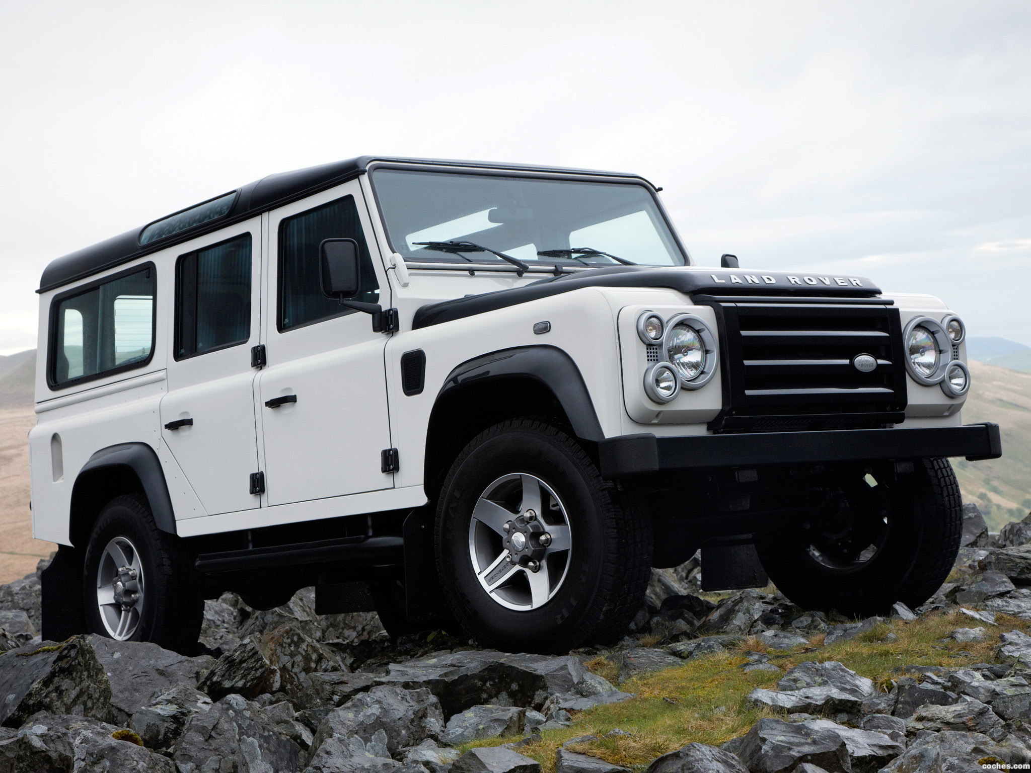 Land Rover Defender 2.2 2009 photo - 1