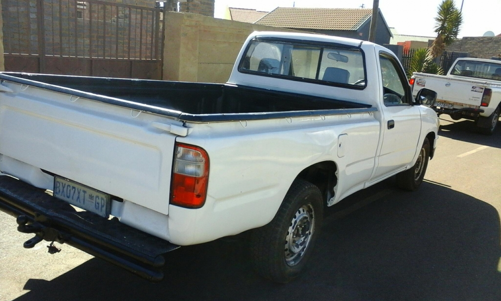 Toyota Hilux 2.4 1999 photo - 2