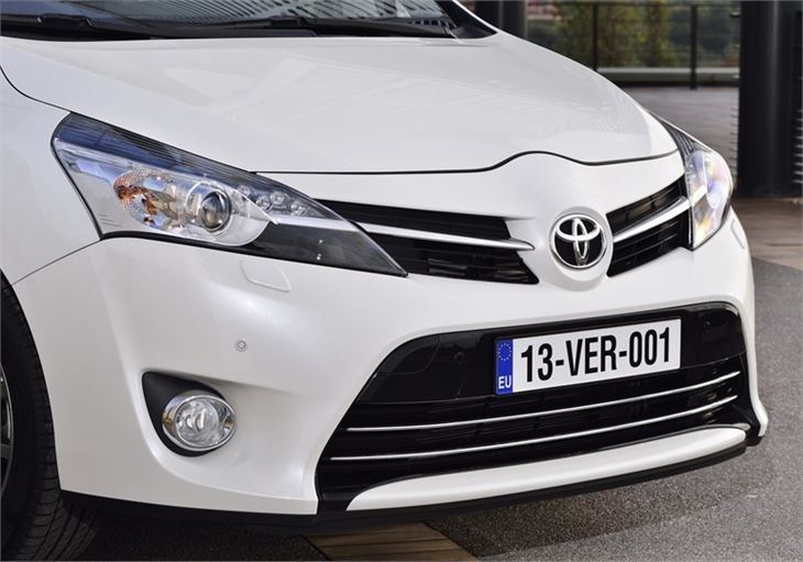 Toyota Verso 2.0 2013 photo - 4