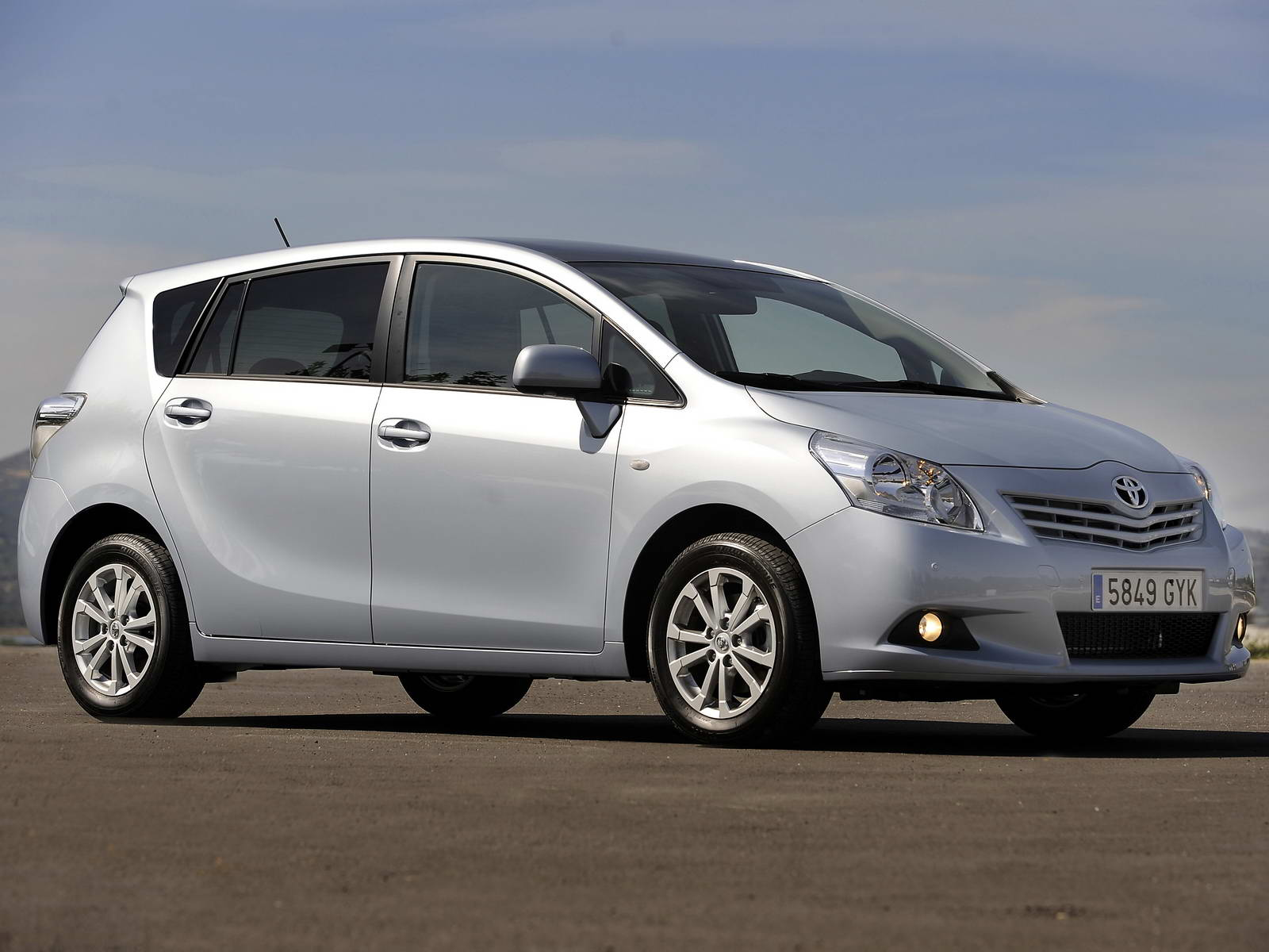 Toyota Verso 2.2 2011 photo - 1
