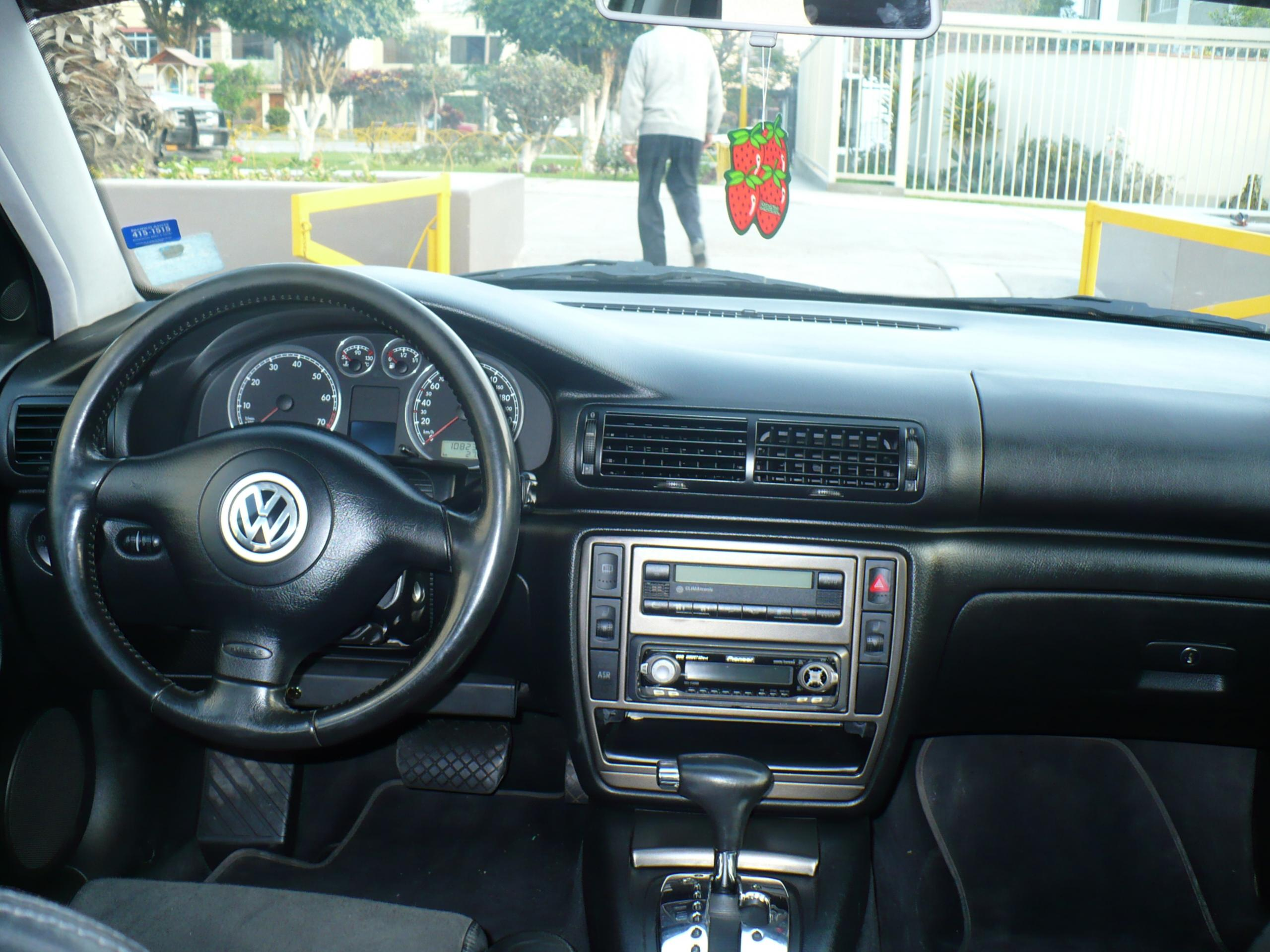 Volkswagen Passat 2.8 2001 photo - 3